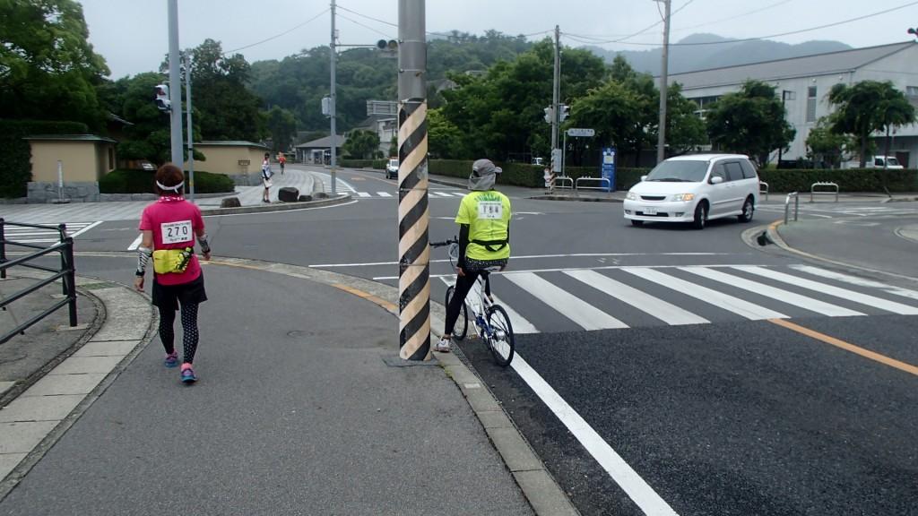 リタイヤされた方が自転車で追い抜かれる