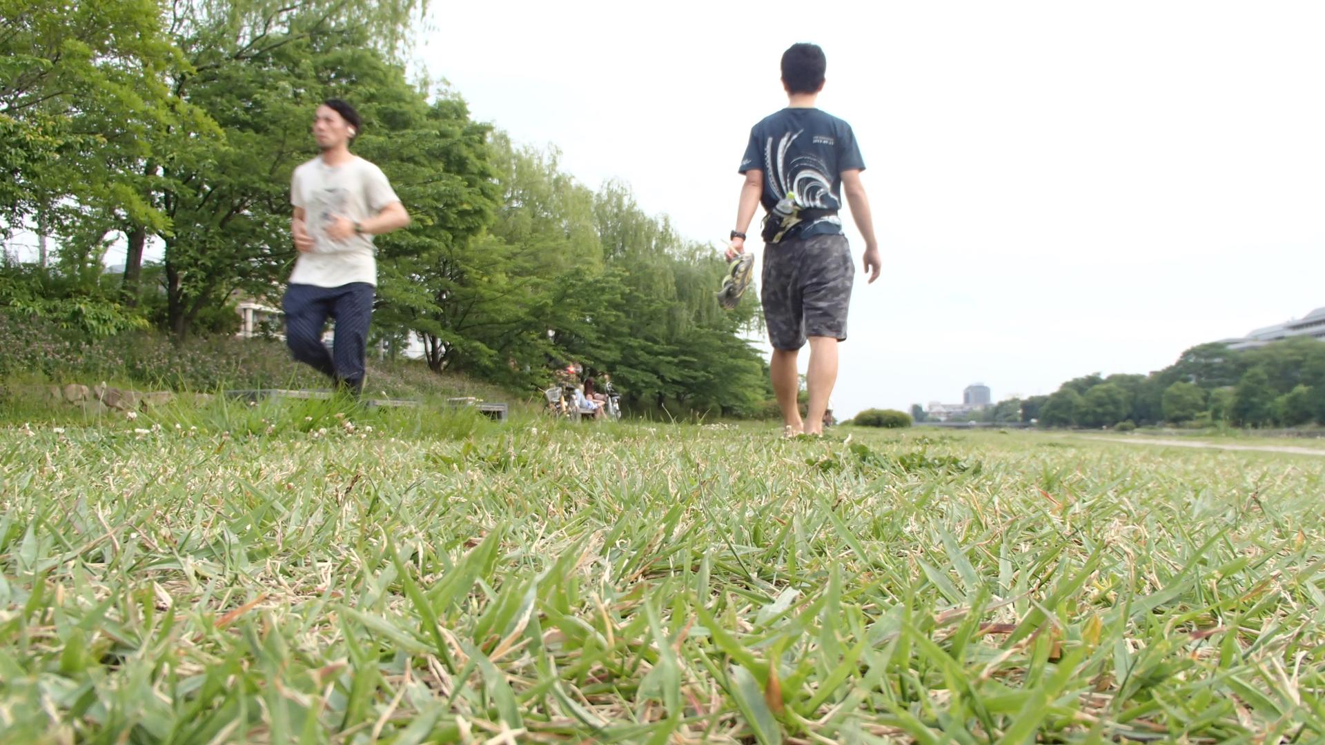 裸足で鴨川を歩く