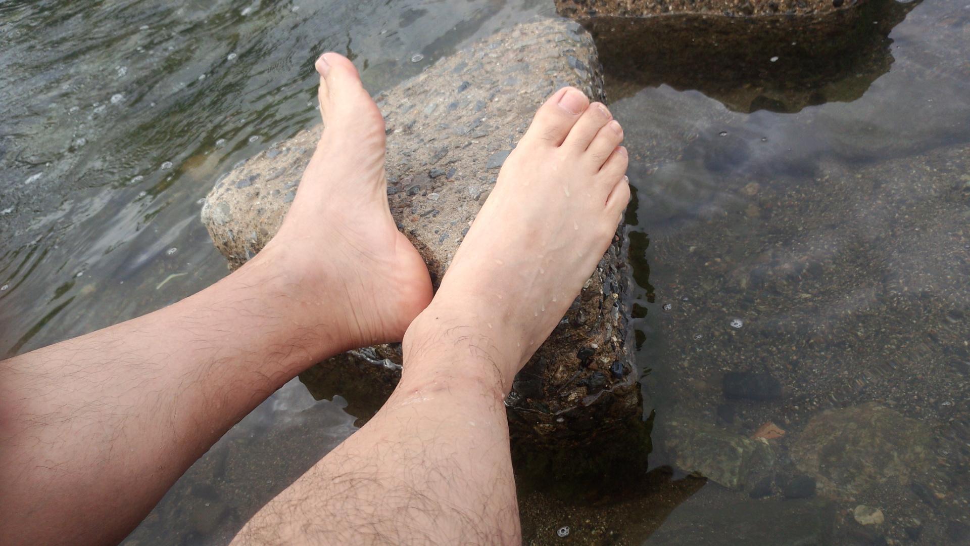 鴨川で足を洗う