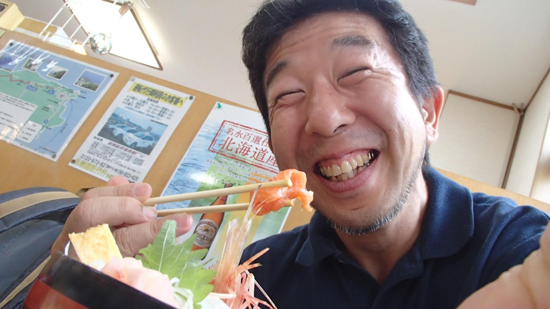 海鮮丼を食べて満足顔