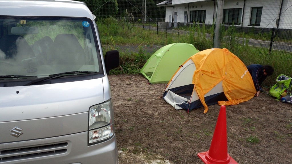 前泊ガレージでテント泊