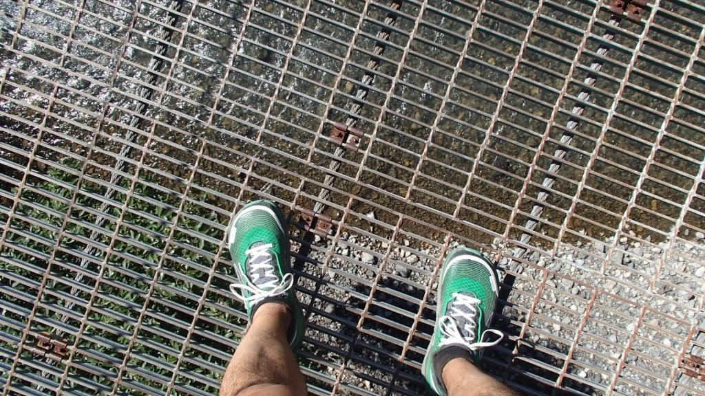 吊り橋から下を見ると