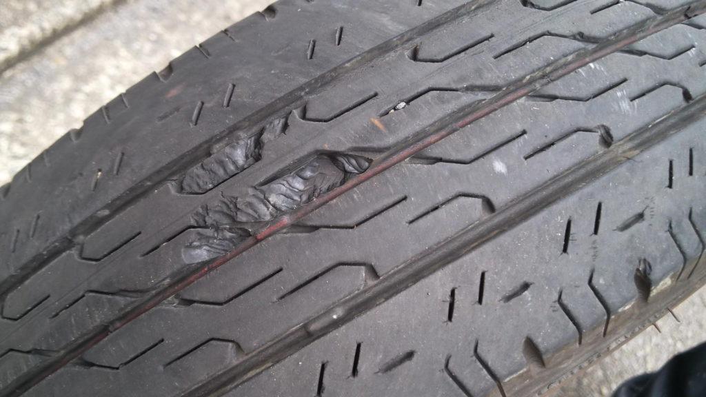前タイヤに亀裂